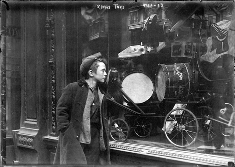 early-1900s-window-shopping-christmas-toys
