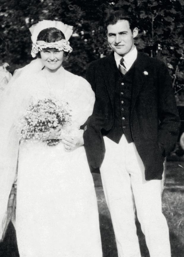 Hemimgway-il-giorno-delle-nozze-con-la-prima-moglie-Hadley-Richardson.jpg